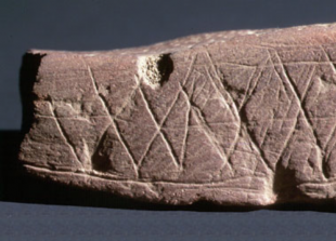 Engraved_ochre_Blombos_Cave