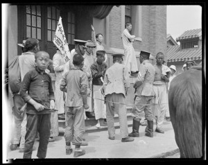Figure 6: June 3, 1919, YMCA Students Speaking, & Police 1919年6月3日,基督教青年会学生讲演,周围的警察 260-1487