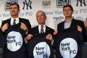 Ferran Soriano, PDG de Manchester City; Michael Bloomberg, maire de New York; et Hal Steinbrenner, propriétaire des New York Yankees après avoir annoncé un partenariat entre les clubs pour créer un nouveau club MLS à New York. (REUTERS / Mike Segar)