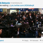 Mahdi Belounis, le frère de Zahir, tweet un photo de la foule qui attend Zahir à Roissy-Charles-de-Gaulle.