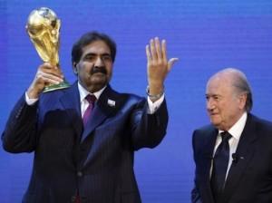 El director de la candidatura de Catar recibiendo la copa, junto a el Presidente de la FIFA, Sepp Blatter.