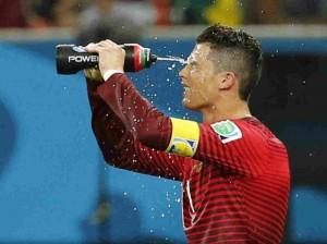 Durante el mundial de Brasil 2014, se implementaron tiempos muertos de 4 minutos donde los jugadores de ambos equipos tenían permitido tomar agua.
