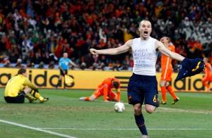 Andrés-Iniesta-celebra-su-gol-que-dió-la-victoria-a-España