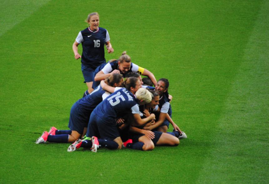 Femmes de la É.U. célébrer après leur médaille d'or remportée contre le Japon, 2012